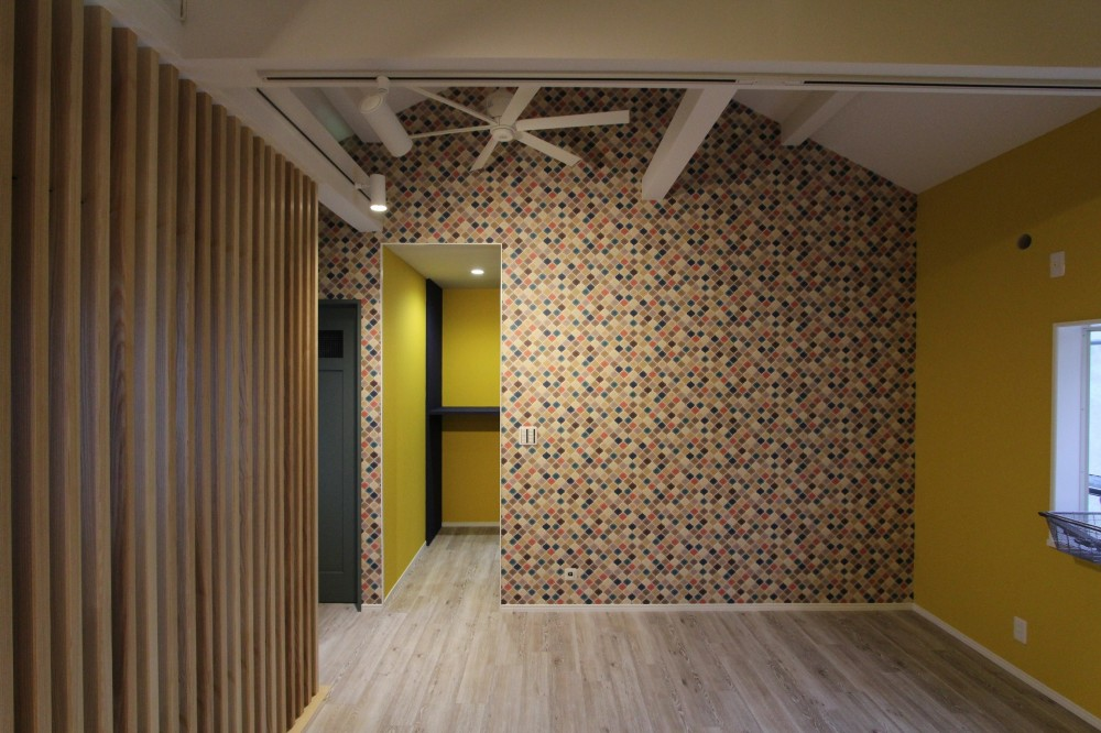 空間別にテイストを変えた個性あふれる戸建てリノベーション (リビング)