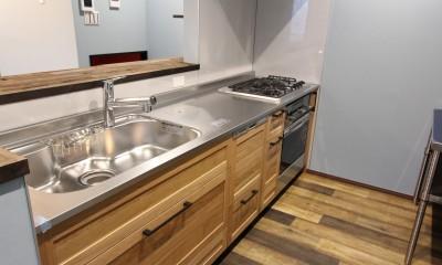 空間別にテイストを変えた個性あふれる戸建てリノベーション (キッチン)