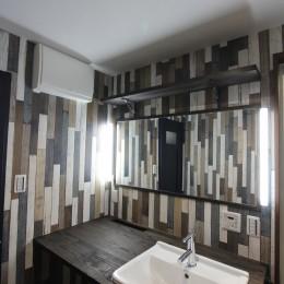 空間別にテイストを変えた個性あふれる戸建てリノベーション (洗面室)