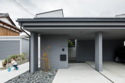 玄関アプローチ (上笠の家(インナーガレージでプライベート空間を作りつつも開放的なリビングのある家))