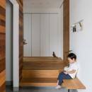 上笠の家(インナーガレージでプライベート空間を作りつつも開放的なリビングのある家)の写真 ベンチのある玄関ホール