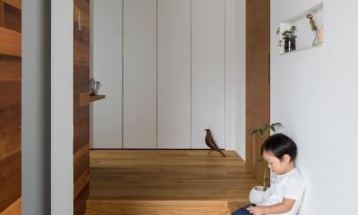 上笠の家(インナーガレージでプライベート空間を作りつつも開放的なリビングのある家) (ベンチのある玄関ホール)