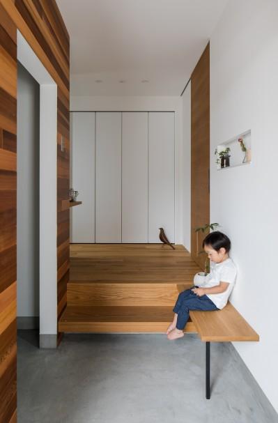 ベンチのある玄関ホール (上笠の家(インナーガレージでプライベート空間を作りつつも開放的なリビングのある家))