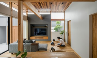 上笠の家(インナーガレージでプライベート空間を作りつつも開放的なリビングのある家) (開放感のあるリビング)