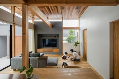 開放感のあるリビング (上笠の家(インナーガレージでプライベート空間を作りつつも開放的なリビングのある家))