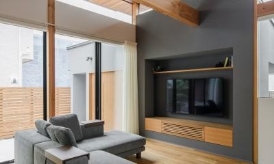 上笠の家(インナーガレージでプライベート空間を作りつつも開放的なリビングのある家) (造作TVボード)