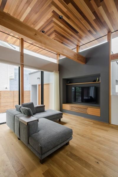 造作TVボード (上笠の家(インナーガレージでプライベート空間を作りつつも開放的なリビングのある家))