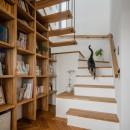 上笠の家(インナーガレージでプライベート空間を作りつつも開放的なリビングのある家)の写真 階段と本棚