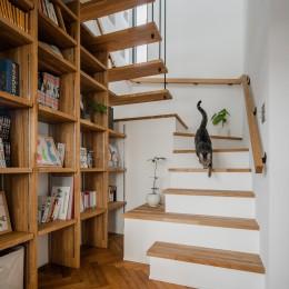 上笠の家(インナーガレージでプライベート空間を作りつつも開放的なリビングのある家) (階段と本棚)