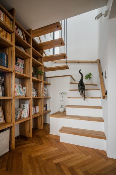 階段と本棚 (上笠の家(インナーガレージでプライベート空間を作りつつも開放的なリビングのある家))