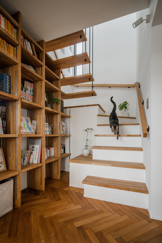 収納事例:階段と本棚(上笠の家(インナーガレージでプライベート空間を作りつつも開放的なリビングのある家))