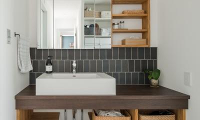 造作洗面化粧台|上笠の家(インナーガレージでプライベート空間を作りつつも開放的なリビングのある家)