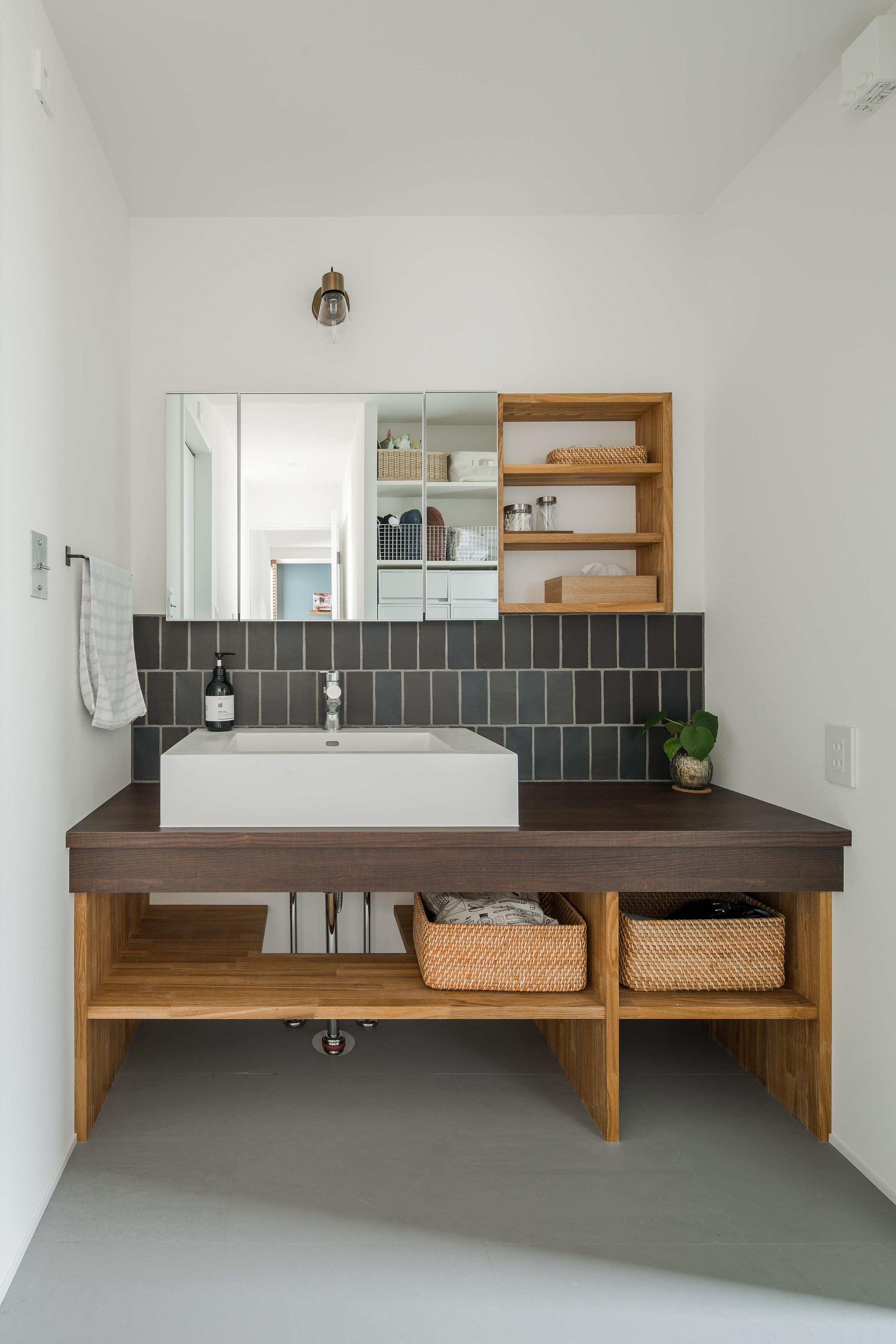 その他事例:造作洗面化粧台(上笠の家(インナーガレージでプライベート空間を作りつつも開放的なリビングのある家))