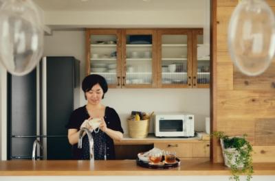 木の温もりに包まれたキッチン (リノベーション / Buch)