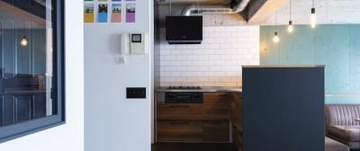 濃緑のキッチンボードと薄緑の壁のコントラストがオシャレなダイニングキッチン (色で遊んだシックなお部屋)