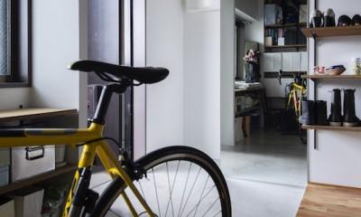 色で遊んだシックなお部屋 (自電車が置ける広々玄関)
