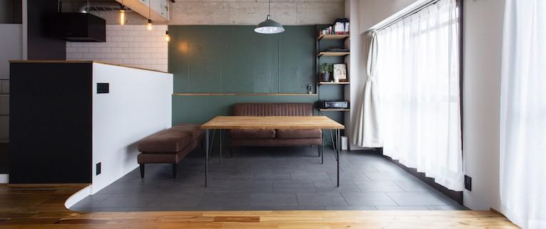 色で遊んだシックなお部屋 (床を一段下げゆるやかに仕切ると共に、天井までの距離を広げ開放感をだしているダイニング)