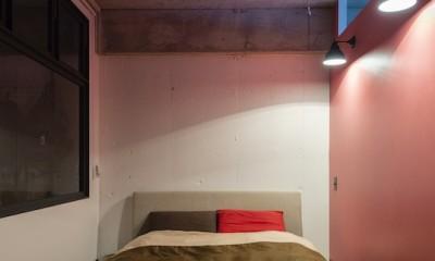 色で遊んだシックなお部屋 (ピンク壁が可愛く、リビングとの仕切りに窓を使用することで採光も良いベッドルーム)