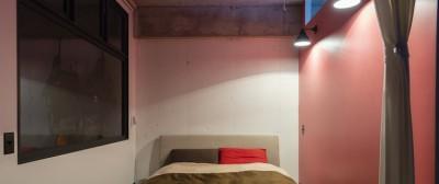 ピンク壁が可愛く、リビングとの仕切りに窓を使用することで採光も良いベッドルーム (色で遊んだシックなお部屋)