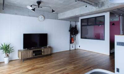 色で遊んだシックなお部屋 (採光に優れ、床には無垢材を使用した広々リビング)