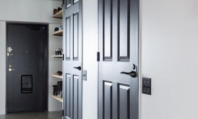 色で遊んだシックなお部屋 (シックな黒いドアがオシャレな廊下)