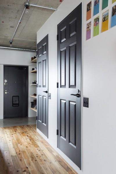 シックな黒いドアがオシャレな廊下 (色で遊んだシックなお部屋)