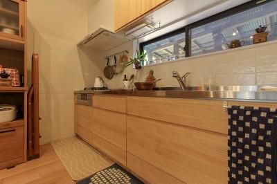 自然と優しい素材に囲まれたニュートラルな暮らし (キッチンの随所にこだわりを…)