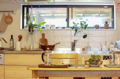 自然と優しい素材に囲まれたニュートラルな暮らし (キッチン前の窓)