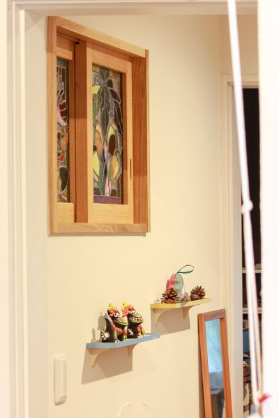 自然と優しい素材に囲まれたニュートラルな暮らし (室内窓のステンドグラス)
