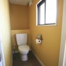 O邸の写真 イエローの壁紙が印象的なトイレ