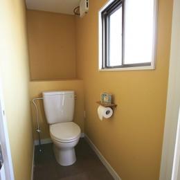 O邸 (イエローの壁紙が印象的なトイレ)