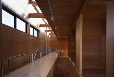 階段上の廊下を兼ねた勉強場所 (ビアンコネロ 英語教室を兼ねる子供と外を楽しむ家)