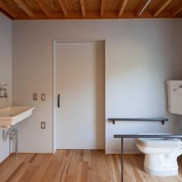 宇和海ウエアハウス 車椅子対応の海を望むインダストリアルな家 (車椅子対応のインダストリアルなトイレ)
