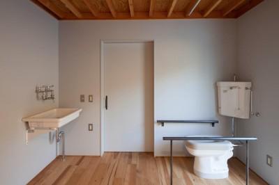 車椅子対応のインダストリアルなトイレ (宇和海ウエアハウス 車椅子対応の海を望むインダストリアルな家)