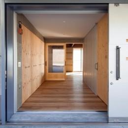 宇和海ウエアハウス 車椅子対応の海を望むインダストリアルな家 (作業場にもなる広い玄関。車椅子対応。地域と繋がる場所にも。)