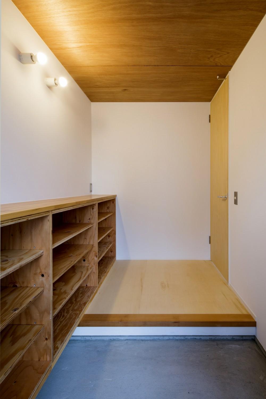 『東口の家』新たなコンセプトを持った住まい (玄関)