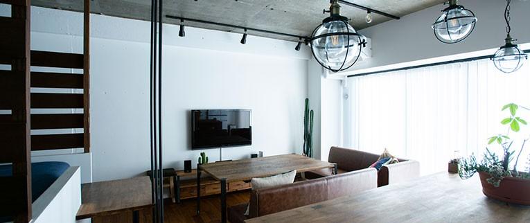 小上がりのベッドルームで光を取り入れるユニークなお部屋 (光を取り入れやすいリビング)