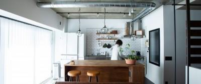 小上がりのベッドルームで光を取り入れるユニークなお部屋 (広いダイニングテーブルで作業がしやすいキッチン)