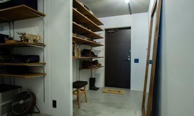 小上がりのベッドルームで光を取り入れるユニークなお部屋 (たくさんの収納棚を備えた広い玄関スペース)