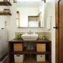 受け継いだ生家を次の世代に繋ぐの写真 空間を広く見せる開放的な洗面室