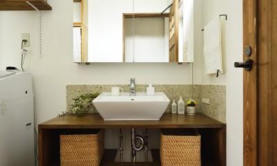 受け継いだ生家を次の世代に繋ぐ (空間を広く見せる開放的な洗面室)