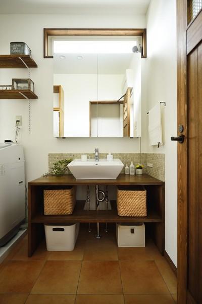 空間を広く見せる開放的な洗面室 (受け継いだ生家を次の世代に繋ぐ)