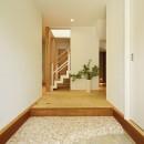 新築のようなフルリフォームで新生活スタートの写真 白を基調とした間口の広い玄関