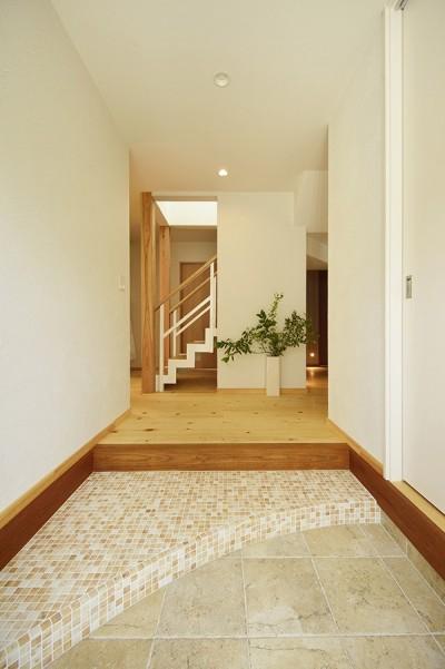 白を基調とした間口の広い玄関 (新築のようなフルリフォームで新生活スタート)