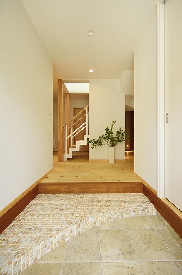 新築のようなフルリフォームで新生活スタート (白を基調とした間口の広い玄関)