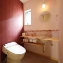新築のようなフルリフォームで新生活スタートの写真 ボルドーの壁が印象的なトイレ