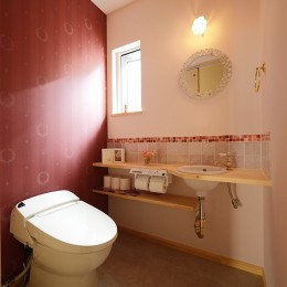 新築のようなフルリフォームで新生活スタート (ボルドーの壁が印象的なトイレ)