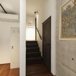 アレルギー反応を持つ子供が住むための和モダン住宅/美しい空気の家 (階段)