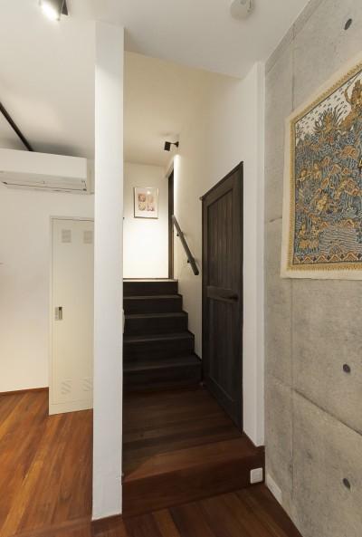 階段 (アレルギー反応を持つ子供が住むための和モダン住宅/美しい空気の家)