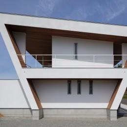 N12-house「回遊テラスのあるガレージハウス」 (建物東面)